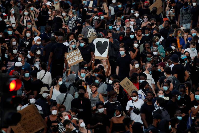 День снятия карантина 3 июня в Париже закончился беспорядками в районе Клиши. Около 20 тыс. человек собрались на демонстрацию у здания Парижского суда, требуя суда над полицейскими, виновными, по их мнению, в смерти в 2016 году чернокожего юноши Адамы Траоре
