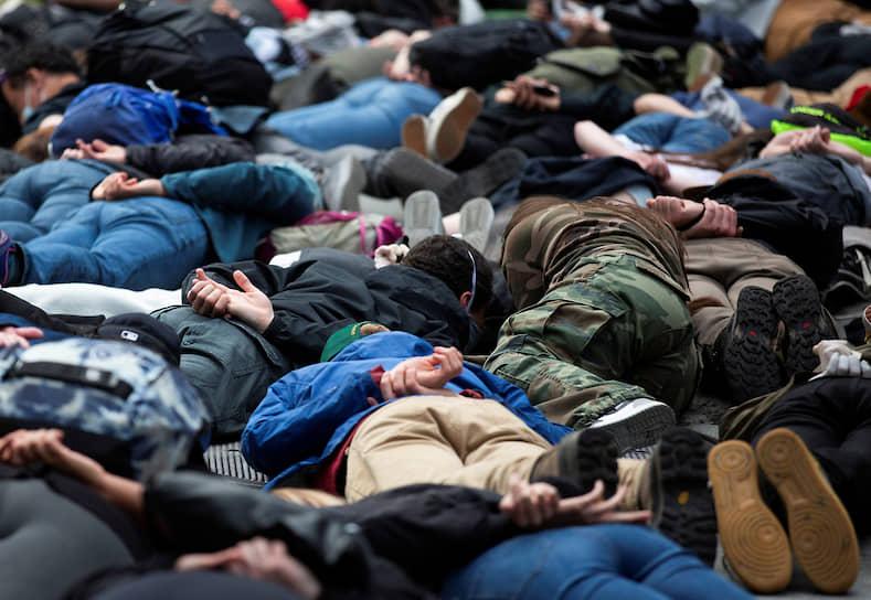 Акция протеста в Сиэтле (штат Вашингтон). Активисты лежат в той же позе, в которой был задержан 25 мая Флойд. Во время задержания полицейский душил Флойда коленом. Мужчина неоднократно повторял: «Я не могу дышать», а после потерял сознание. Его последние слова стали символом протестного движения