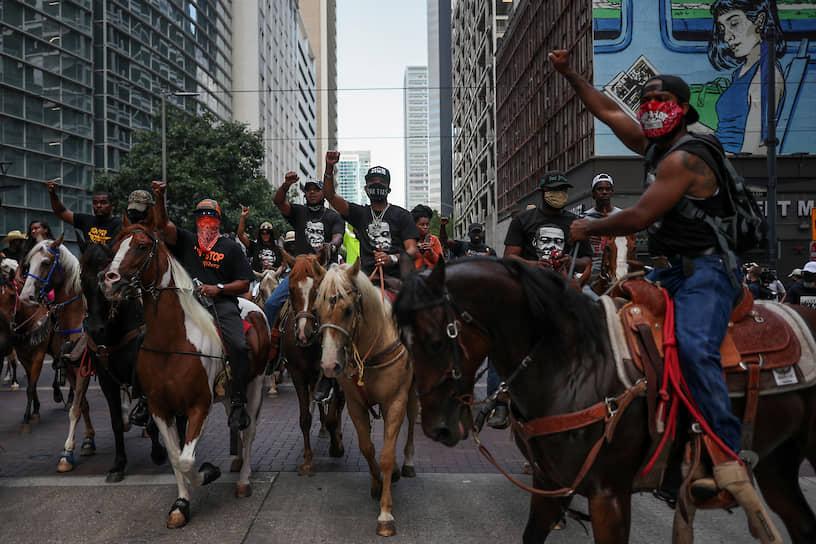 Демонстранты верхом на лошадях в центре Хьюстона (штат Техас)