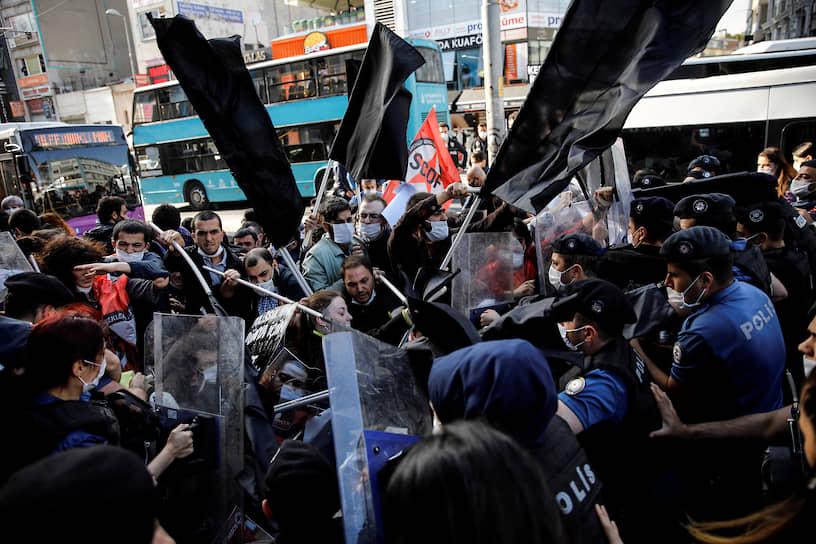 Столкновение протестующих с сотрудниками правоохранительных органов в Стамбуле