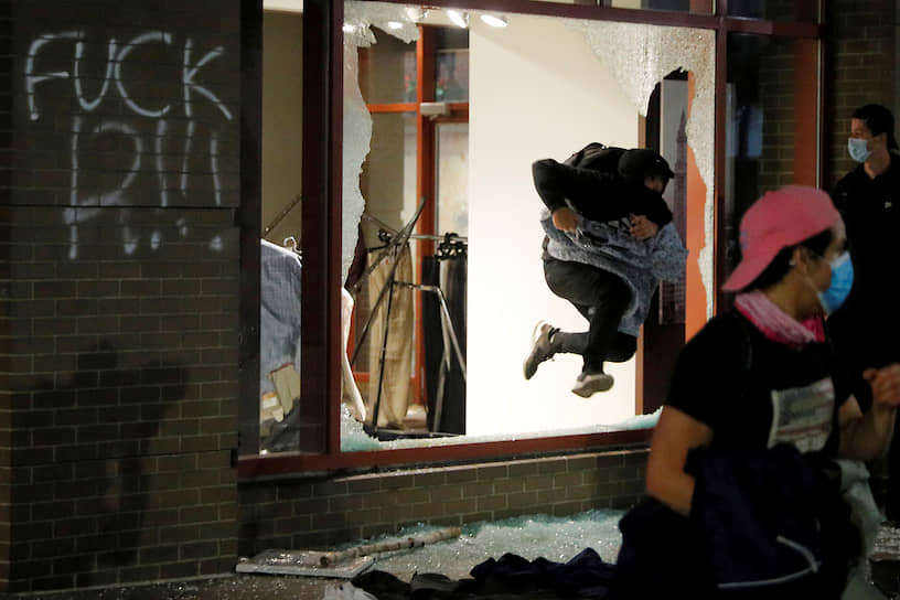 Как правило, мирные акции с плакатами и лозунгами проходят днем, к вечеру протестующие начинают жечь полицейские машины и грабить магазины
