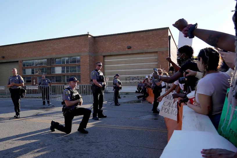 Для разгона активистов полиция применяет резиновые пули и слезоточивый газ, однако в некоторых городах полицейские проявляют солидарность с протестующими, вставая на одно колено в знак поддержки, а в штате Мичиган к шествию присоединился даже шериф округа Джинеси
