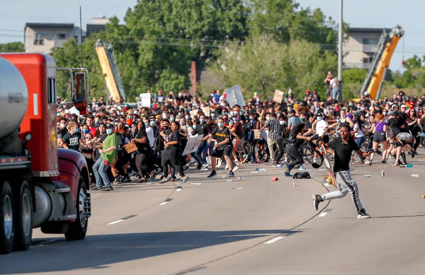1 июня в Миннеаполисе в толпу протестующих въехал бензовоз. Инцидент произошел на мосту, где на тот момент находилось около 5тыс. человек. Пострадавших не было. Мотив поступка водителя пока неизвестен, но власти предполагают, что он действовал умышленно