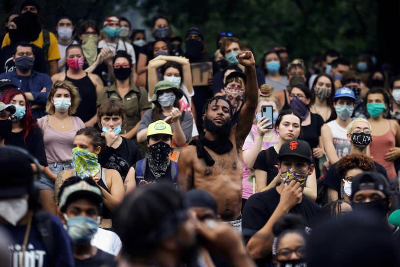 За несколько дней демонстрации и беспорядки охватили почти 150 крупных городов США, в десятках объявлен комендантский час