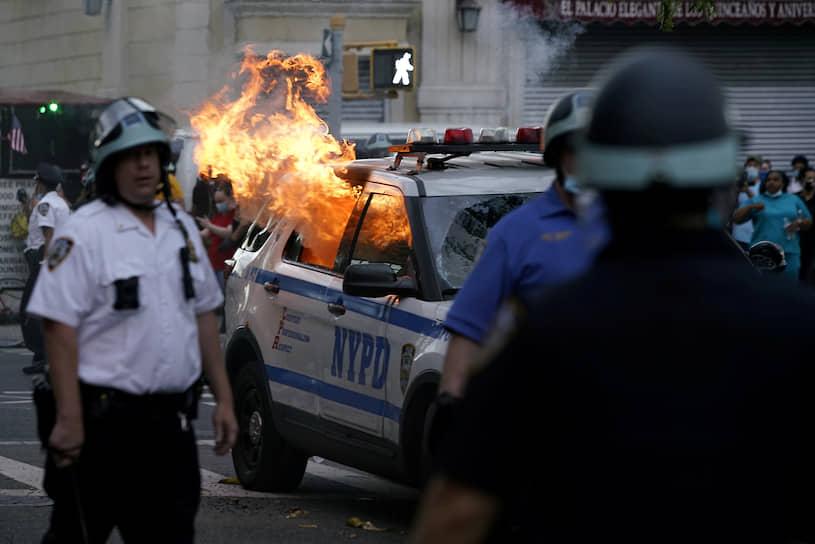 Имея в виду участников протестов, президент США Дональд Трамп написал в Twitter: «Эти бандиты оскверняют память Джорджа Флойда, и я не позволю происходить такому»