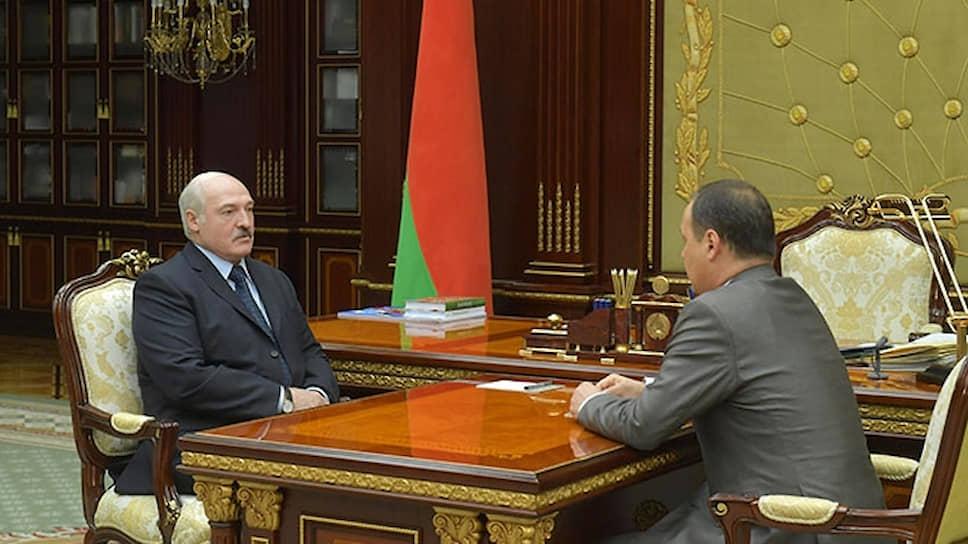 Президент Белоруссии Александр Лукашенко (слева) и новый премьер-министр Белоруссии Роман Головченко