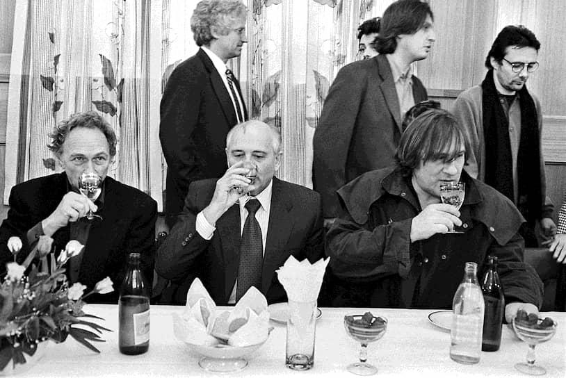 1993 год. Слева направо: актер Пьер Ришар, экс-президент СССР Михаил Горбачев, актер Жерар Депардье на приеме в «Горбачев-фонде»