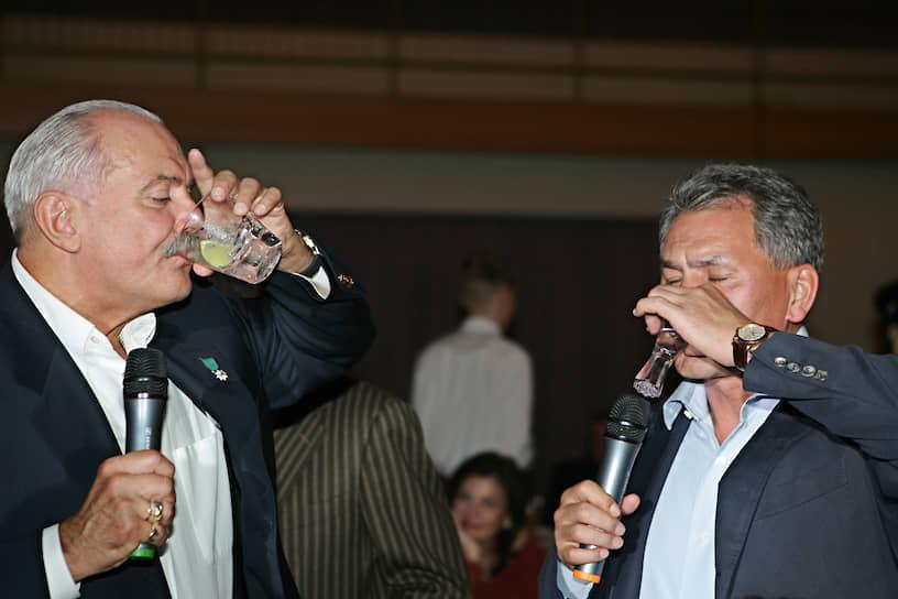 2005 год. Глава МЧС Сергей Шойгу (справа) на праздновании 60-летия режиссера Никиты Михалкова