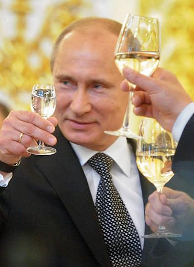 2012 год. Президент России Владимир Путин во время встречи с выпускниками военных академий и университетов на торжественном приеме в Кремле