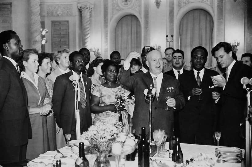 1961 год. Председатель совета министров СССР Никита Хрущев (в центре) во время приема