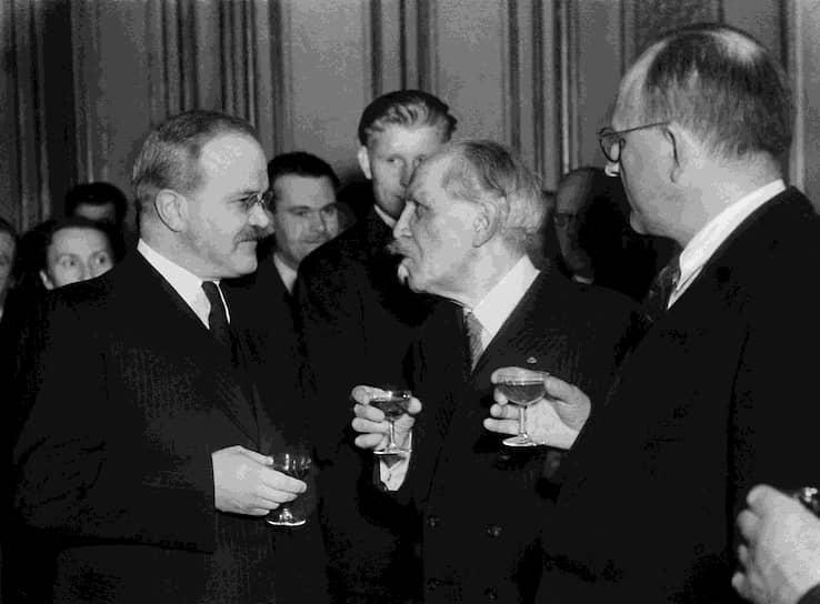 1946 год. Нарком иностранных дел СССР Вячеслав Молотов (слева) на конференции Совета министров иностранных дел