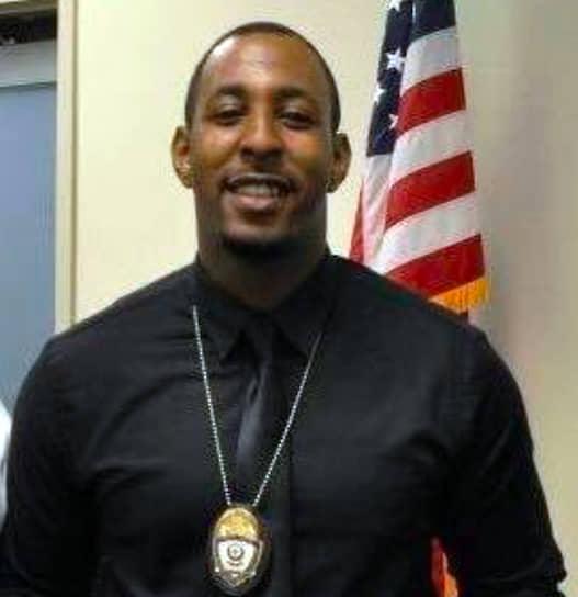 В марте 2018 года полицейские Джаред Робинет и Терренс Меркадаль (на фото) застрелили 22-летнего афроамериканца Стефона Кларка во дворе его дома в Сакраменто, штат Калифорния. Офицеры приняли телефон в руках Кларка за оружие и сделали 20 выстрелов. В городе вспыхнули протесты, участники акций блокировали дороги и стадионы НБА. Родственники подали в суд на полицейских и требовали $20 млн, но прокурор признал применение силы законным