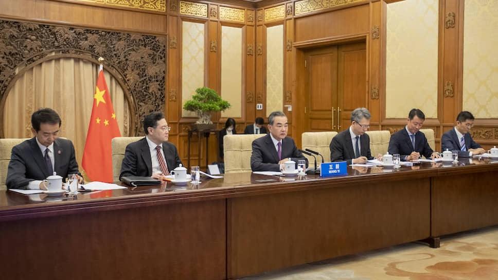 Глава МИД КНР Ван И (в центре) во время десятого раунда стратегического диалога Китая и ЕС