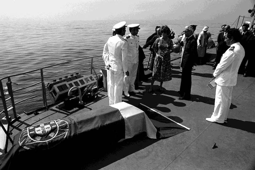 Младший сын Кусто Филипп погиб в 1979 году при крушении летающей лодки PBY Catalina на реке Тахо, неподалеку от Лиссабона.<br> На фото: церемония прощания с Филиппом Кусто