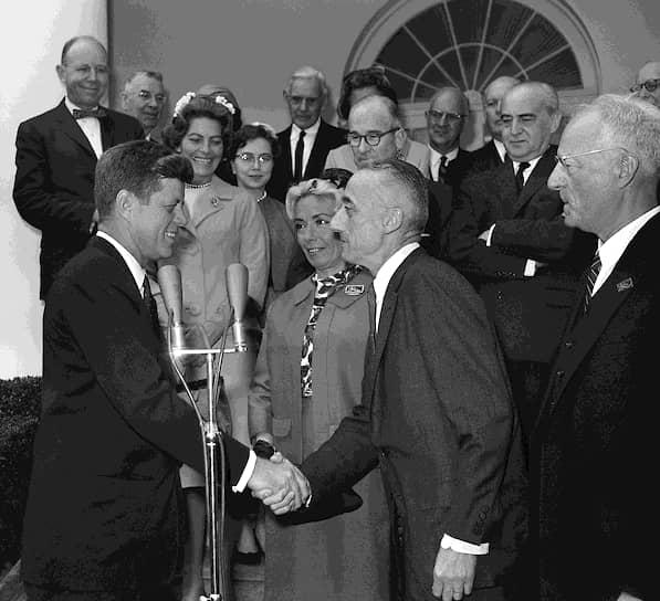В 1953 году вышла в свет его первая книга — «Молчаливый мир», которая была издана более чем на 20 языках в количестве 5 млн экземпляров. Документальный фильм с тем же названием получил гран-при Каннского кинофестиваля и «Оскара»<br> На фото: Кусто с президентом США Джоном Кеннеди