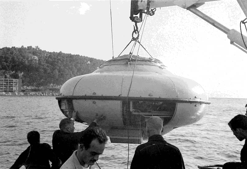 Совместно с инженером Жеаном Молларом Кусто разработал батискаф, известный как «ныряющее блюдце». Он мог погружаться на глубину до 900 м, с емкостью аккумуляторов на четыре часа работы. Экипаж состоял из двух человек