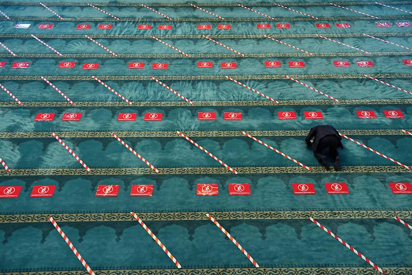 Москва. Разметка безопасной дистанции на полу в мечети
