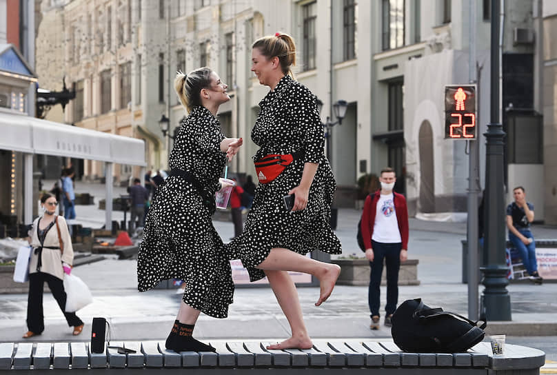 Москва. Девушки танцуют на скамейке