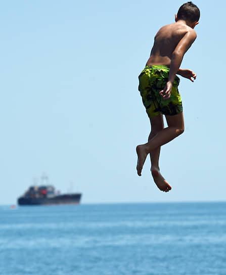 Крым. Мальчик ныряет в море