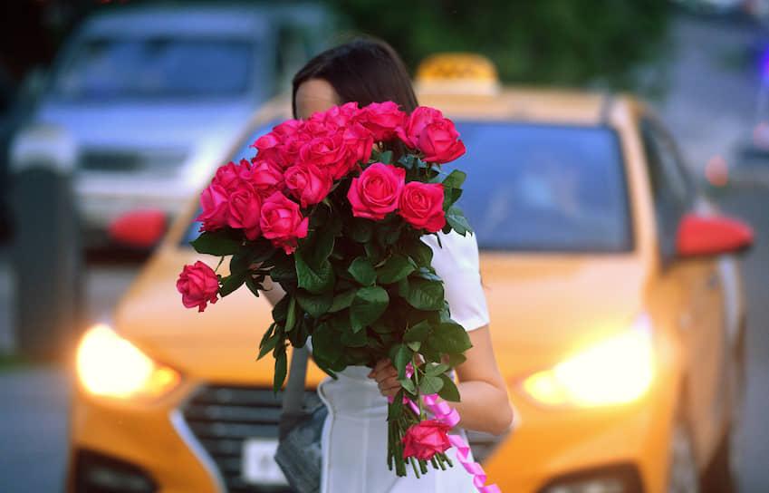Москва. Девушка с букетом роз
