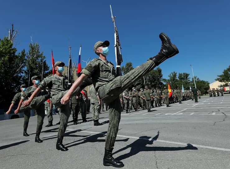 Волгоград. Военнослужащие во время репетиции Парада Победы