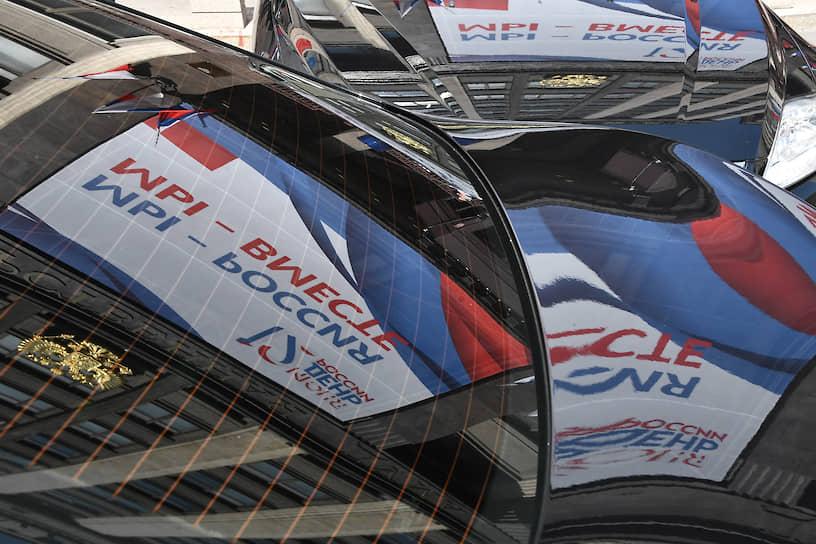 Москва. Отражение плаката ко Дню России в стекле автомобиля