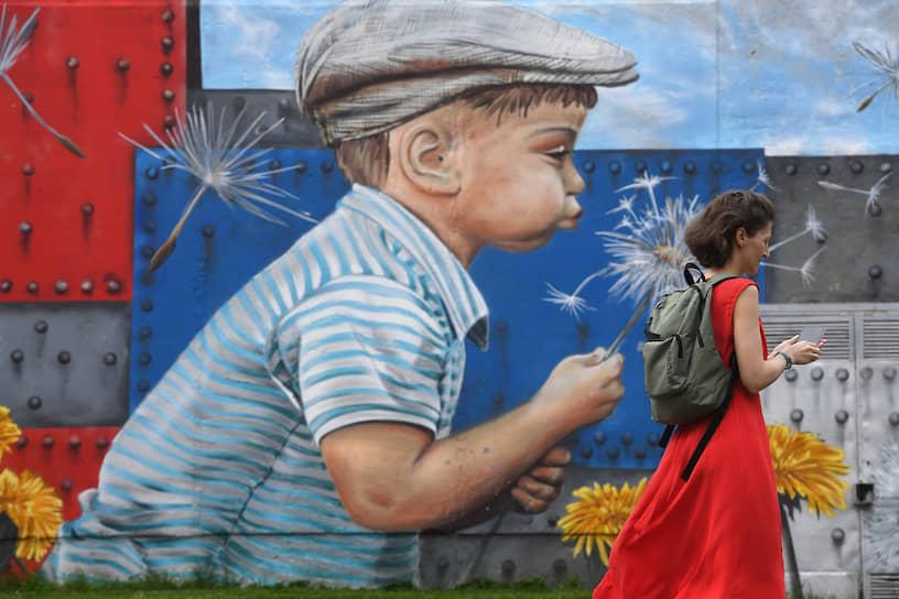Москва, Россия. Девушка у стены с граффити