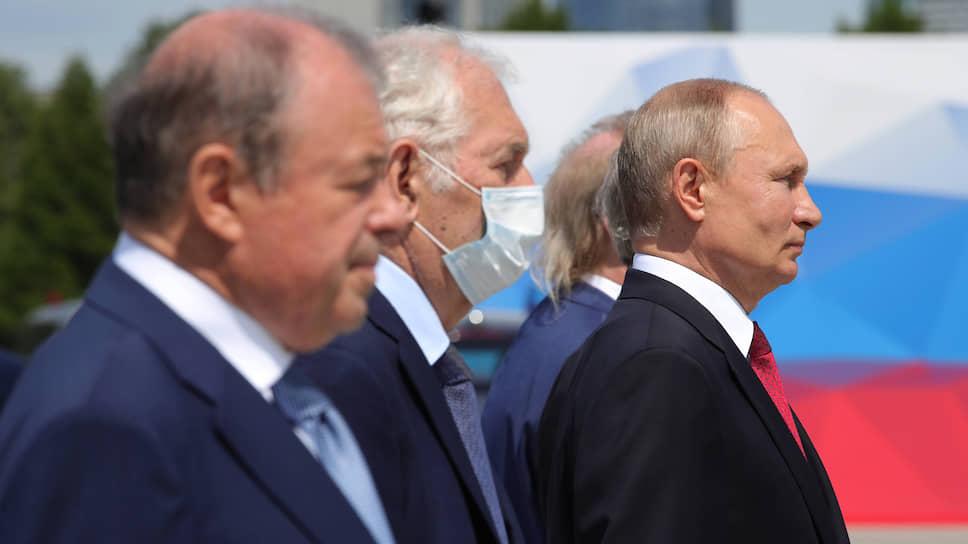 Президент России Владимир Путин (справа)