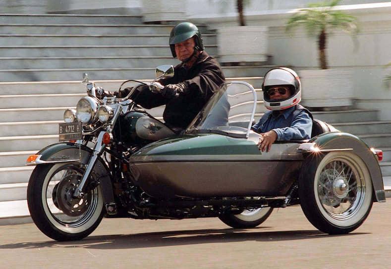 1996 год. Президент Индонезии Мухаммед Сухарто (за рулем)