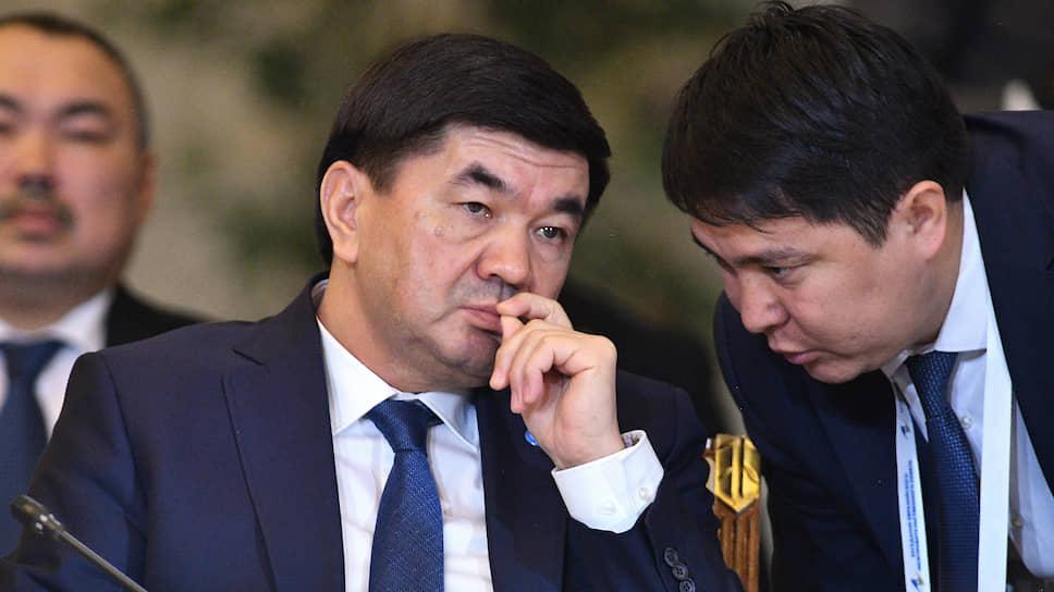 Премьер-министр Киргизии Мухаммедклый Абылгазиев (слева)