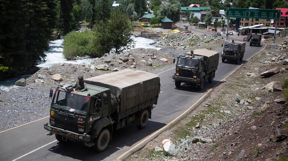 Индийский военный конвой движется на линию контроля в Ладакхе