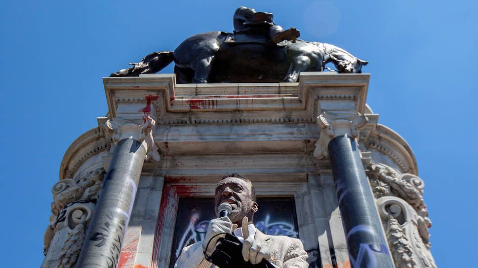 Пастор Роберт Винфри обращается к протестующим на фоне монумента генералу Роберту Ли в Ричмонде (США)