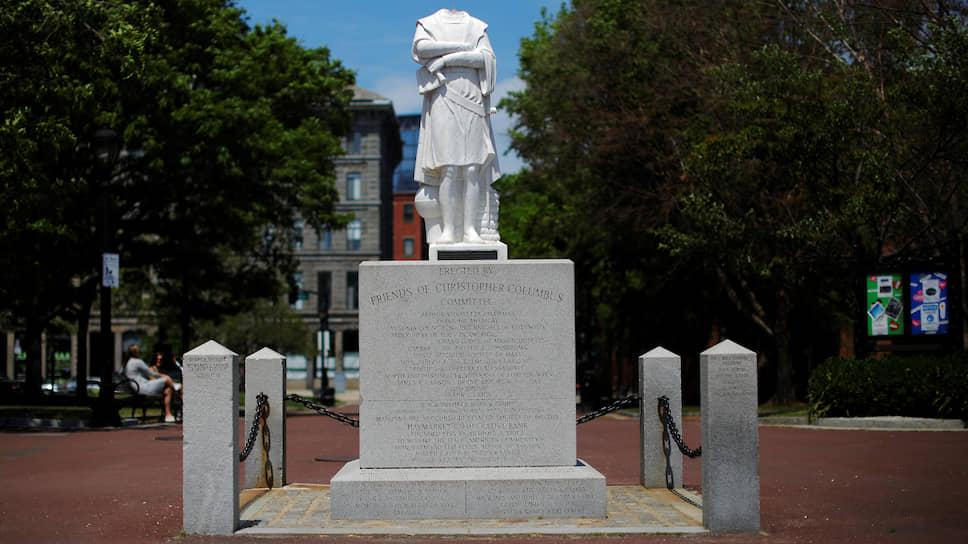 Обезглавленная статуя Христофора Колумба в Бостоне (США)