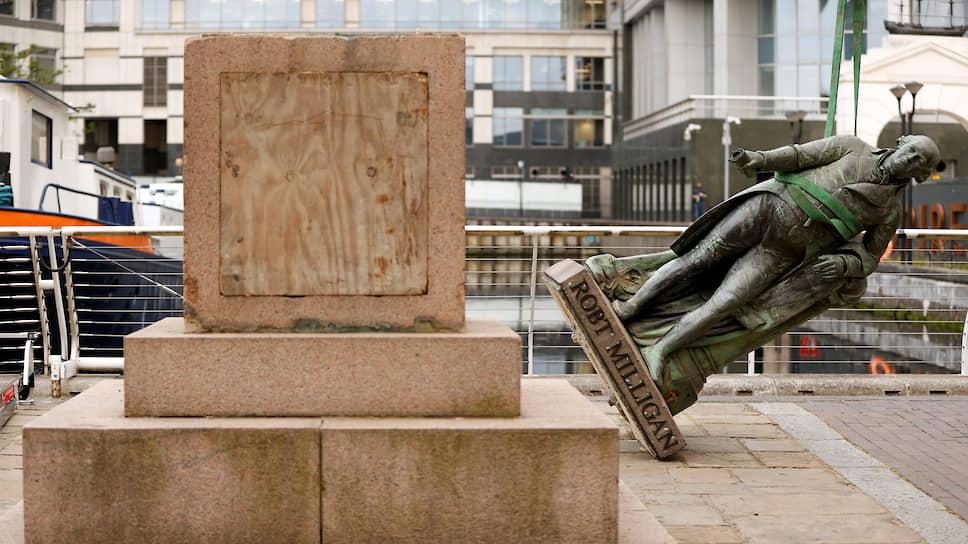 Демонтаж статуи Роберта Миллигана в Лондоне (Великобритания)