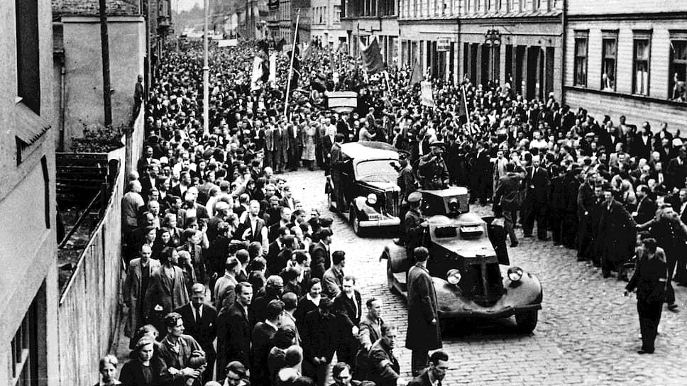 «В прибалтийских странах,— говорилось в сообщении ТАСС,— фактически находится не 100 и не 150 советских дивизий, а всего не более 18–20 дивизий» (на фото — советские войска в Латвии. 17 июня 1940 года)