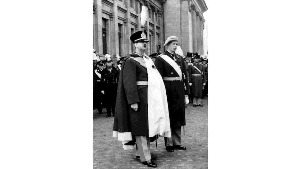 «В нашей политической истории,— говорил, выступая в парламенте, румынский премьер-министр Тэтэреску,— мне не известен более мучительный вопрос, поставленный перед королем и его советниками» (на фото — король Кароль II (слева) и кронпринц Михай. Бухарест, 14 марта 1939 года)