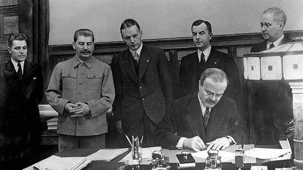 «Советское правительство,— говорилось в сообщении ТАСС,— рассчитывало на то, что после заключения советско-латвийского Пакта взаимопомощи (на фото) Латвия выйдет из военного союза с другими прибалтийскими государствами»