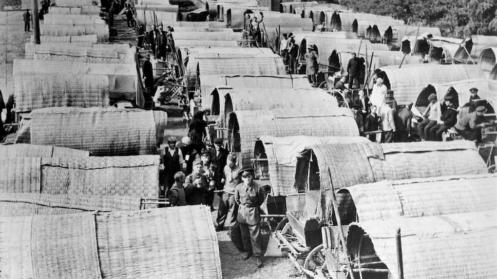 «Наши пожелания относительно фольксдойче,— докладывал германский посол,— могут быть, несомненно, удовлетворены» (на фото — сборный пункт для отправляемых в Германию этнических немцев из Бессарабии. Румыния, октябрь 1940 года)