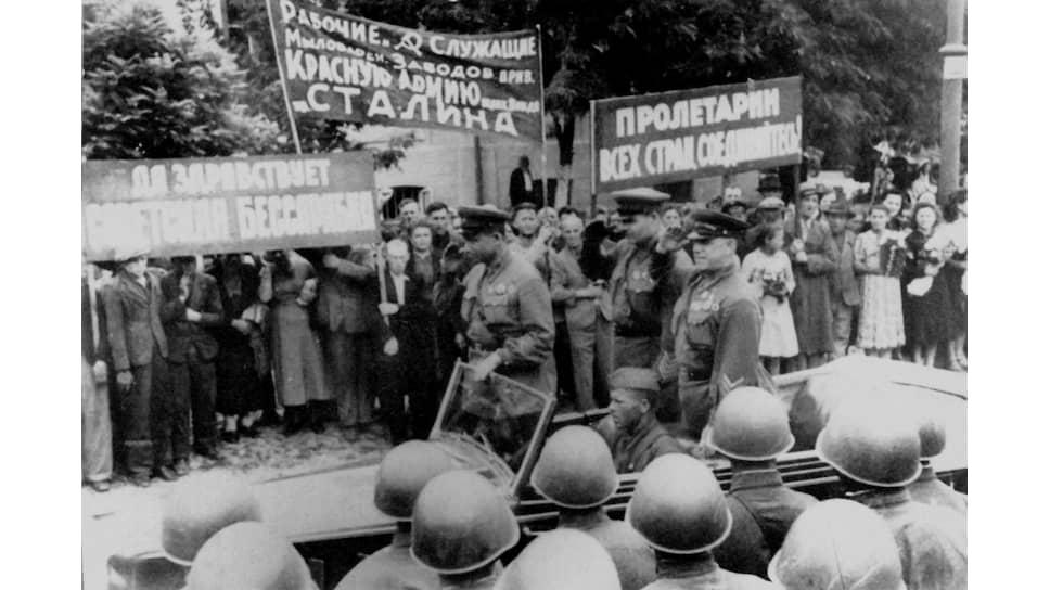 «Трудящиеся массы,— докладывало командование КОВО,— оказывали всемерное содействие Красной Армии» (на фото — парад в Кишиневе. 4 июля 1940 года)