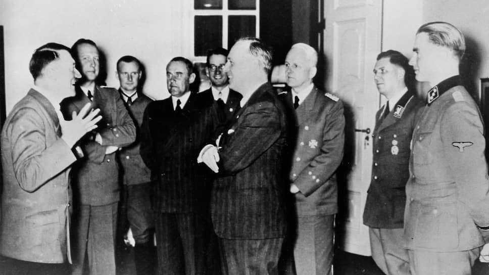 «Во время разграничения взаимных сфер интересов в Восточной Европе,— писал Риббентроп (на фото — в центре) Гитлеру 24 июня 1940 года,— Советы подчеркнули свою заинтересованность в Бессарабии»