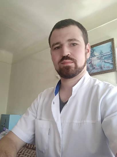 <b>Александр Лобэ, врач-нейрохирург Городской больницы скорой медицинской помощи Таганрога. Специалист по лечению инсультов</b> <br> «Работы много. Часть докторов болеет, часть работает в ковидном госпитале, поэтому нагрузка на остальных увеличивается. В моем случае что черепно-мозговой травмы, что геморрагических инсультов остается примерно столько же, но только вот докторов одномоментно работает меньше. Даже при соблюдении всех мер предосторожности риски инфицирования остаются высокими из-за большой поточности пациентов. Тем не менее, отделение по-прежнему функционирует в штатном режиме, и в случае необходимости мы подменяем друг друга в смежных специальностях»