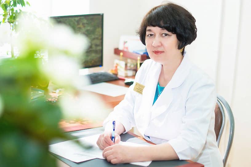 <b>Рамиля Бурганова, главный внештатный специалист по лабораторной диагностике Минздрава Ульяновской области, заведующий клинико-диагностической лабораторией Ульяновской областной клинической больницы</b><br> Под ее руководством впервые в городе и области был организован отдел лаборатории молекулярной диагностики инфекционных и неинфекционных заболеваний. Клинико-диагностическая лаборатория УОКБ стала первой в регионе, где начали тестировать на COVID-19: «Да, все это время приходится работать очень интенсивно, в две, а когда и три смены, девочки трудятся с большими переработками, чтобы исследовать все пробы. Тем более что квот у нас нет, сколько привезут, столько и исследуем»