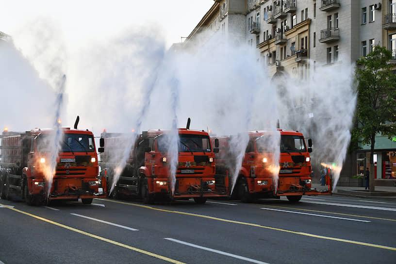 Москва. Поливальные машины на Тверской улице перед проездом военной техники