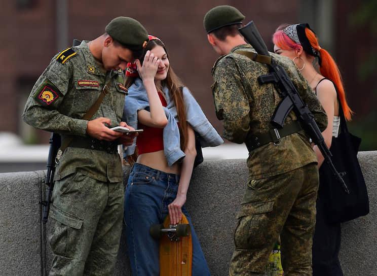 Москва. Военнослужащие отдыхают во время репетиции парада Победы