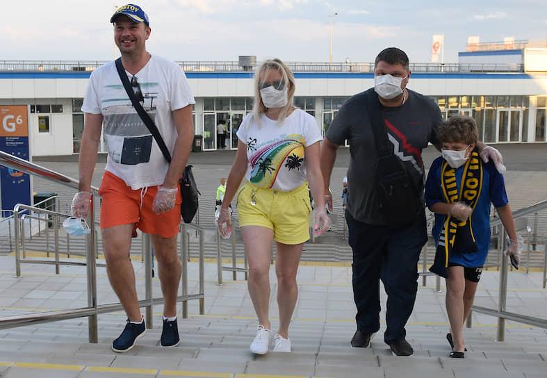 Болельщики в масках перед началом матча «Сочи»—«Ростов»