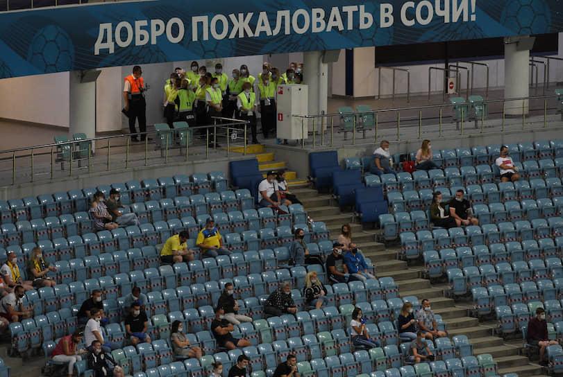 Болельщики на трибунах во время матча «Сочи»—«Ростов»