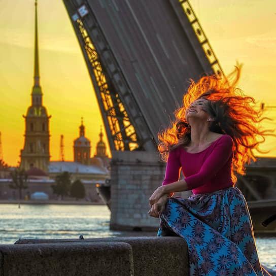 Санкт-Петербург. Девушка гуляет во время белых ночей