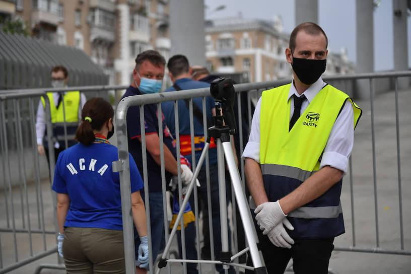 Сотрудники стадиона во время обеспечения безопасного прохода зрителей матча между ЦСКА и «Зенитом»