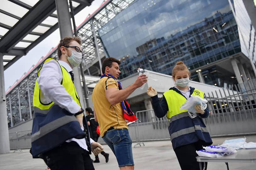 Сотрудники стадиона раздают медицинские маски и перчатки тем, кто собирается посмотреть матч между ЦСКА и «Зенитом»