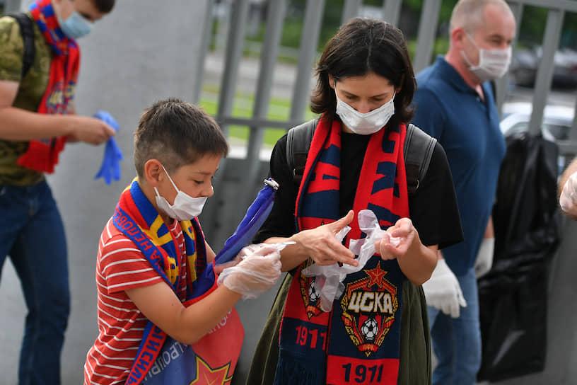 Зрители матча между ЦСКА и «Зенитом» во время прохода на стадион